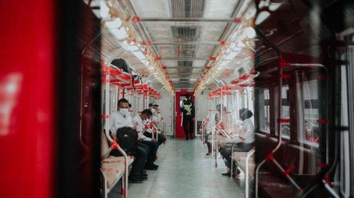 Suasana dalam gerbong KRL Solo-Yogyakarta