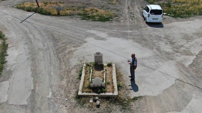 Kuburan di Tengah Persimpangan Jalan di Turki jadi Viral di Medsos, Asal-usulnya Belum Diketahui