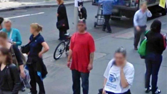 Google Maps Street View: Pria itu membawa kucing di kepalanya.