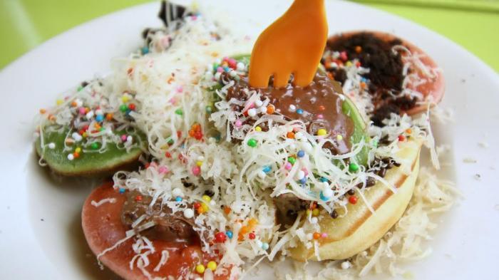 Kue Cubit khas Jawa Barat dengan aneka topping.