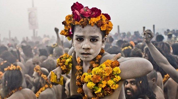 Dari Makan Ayam Mentah hingga Mandi Akbar, 3 Tradisi Unik Ini Cuma Akan Kamu Jumpai di India