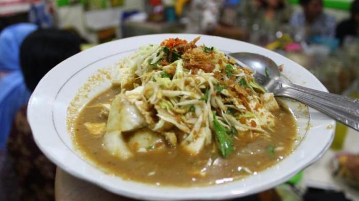 Satu porsi Tahu Kupat khas Magelang dijual Rp 12.000 di kedai Tahu Pojok Magelang, yang berada di jalan Tentara Pelajar nomor 14, dekat Alun-alun kota.