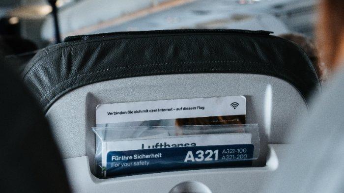 Ilustrasi kantong kursi kabin pesawat dan meja baki pesawat, bagian-bagian kotor di pesawat.