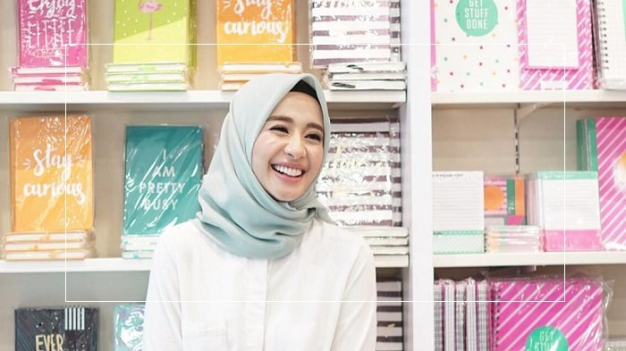 Suka OOTD? 5 Referensi Gaya Hijab Kasual Monokrom ala Laudya Cynthia Bella Ini Bisa Dicontek