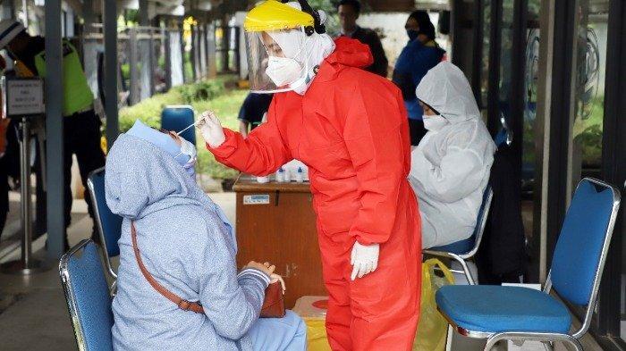 Layanan Rapid Test Antigen di stasiun, Jumat (25/12/2020).
