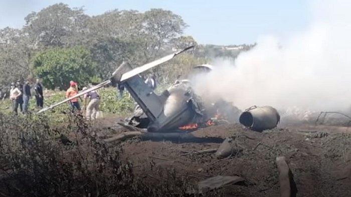 TRAVEL UPDATE: Pesawat Angkatan Udara Meksiko Jatuh Setelah Lepas Landas