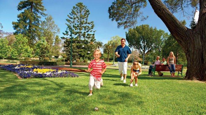 Ilustrasi menikmati libur lebaran dengan keluarga di pagi hari