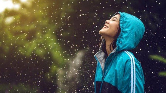 Traveling Saat Musim Hujan, Jangan Lupa Bawa 5 Benda Ini Biar Liburan Tidak Berantakan