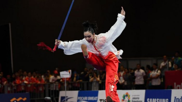 Atlet Indonesia Lindswell beraksi pada kategori Taijijian Putri Wushu Asian Games 2018 di Jiexpo, Kemayoran, Jakarta, Senin (20/8/2018).