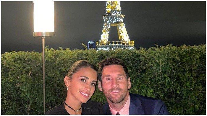 Lionel Messi bersama istrinya, Antonela Roccuzzo makan malam dengan latar belakang Menara Eiffle