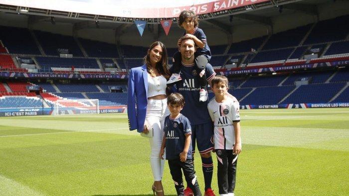 Lionel Messi resmi bergabung ke Paris Saint-Germain.