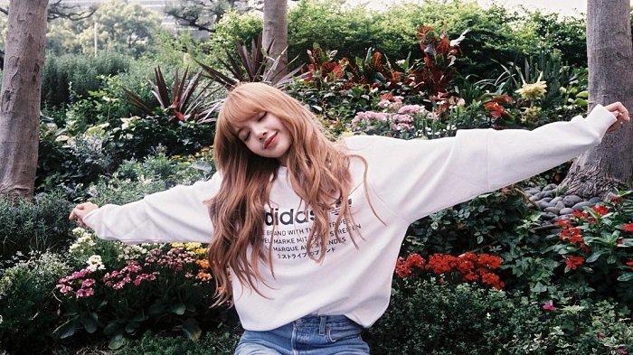 Tips Tampil Sporty ala Lisa BLACKPINK dengan Paduan Sport Bra dan Oversized Shirt, Harga Terjangkau