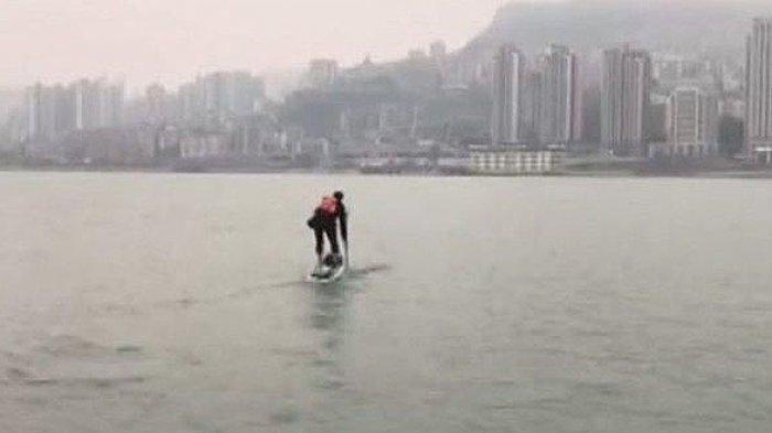 Butuh 1 Jam untuk Sampai Kantor, Pria Ini Pilih Sebrangi Sungai untuk Singkat Perjalanan
