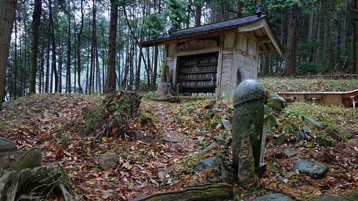 Kisah Tragis di Balik Kuil Kecil di Tawarayama Jepang yang Dikelilingi Patung Kelamin Pria