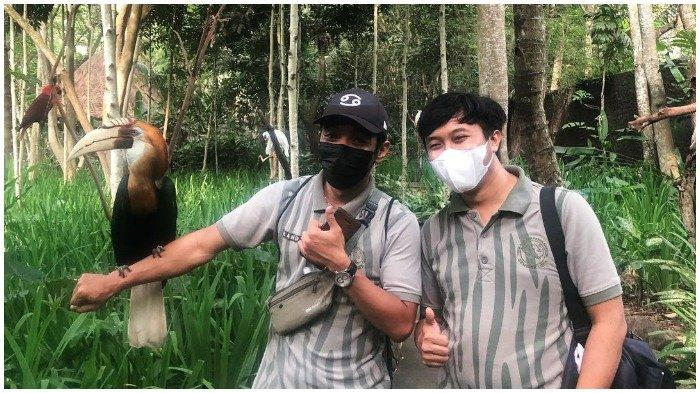 Wisatawan foto bersama satwa di Lombok Wildlife Park