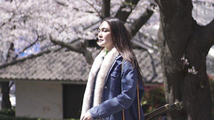 Liburan ke Jepang saat Musim Semi, Luna Maya Nikmati Pesona Sakura yang Tengah Mekar