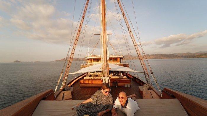 Liburan Artis - Potret Maia Estianty Naik Kapal Pinisi Mewah di Labuan Bajo