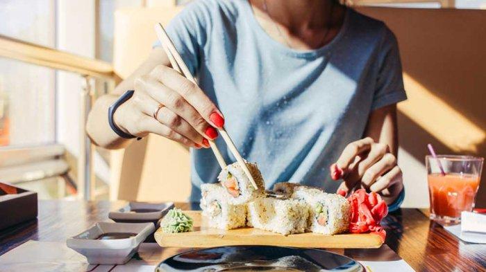 Makan menggunakan sumpit