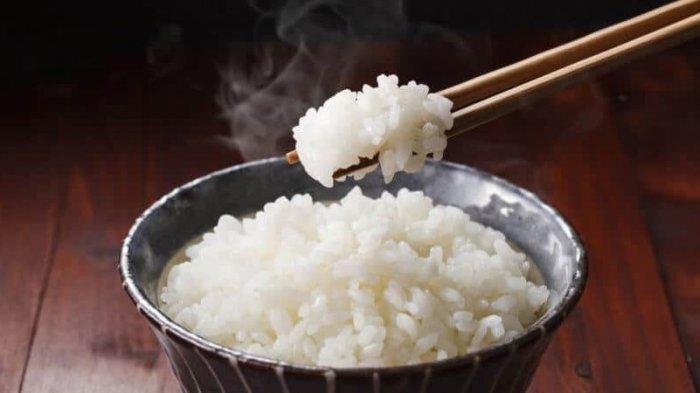 Makan nasi dengan sumpit