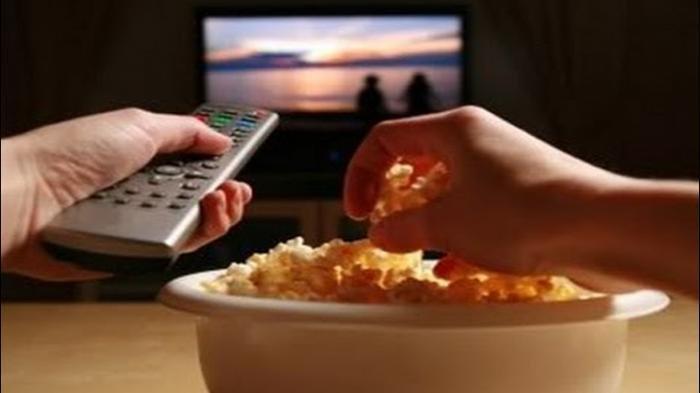 Ilustasi makan sambil nonton tv