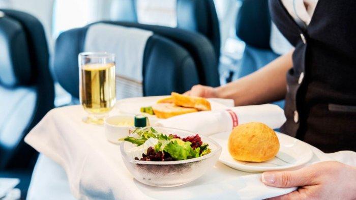 5 Rahasia Makanan di Pesawat, Termasuk Alasan Kenapa Pramugari Sajikan Minuman Lebih Dulu