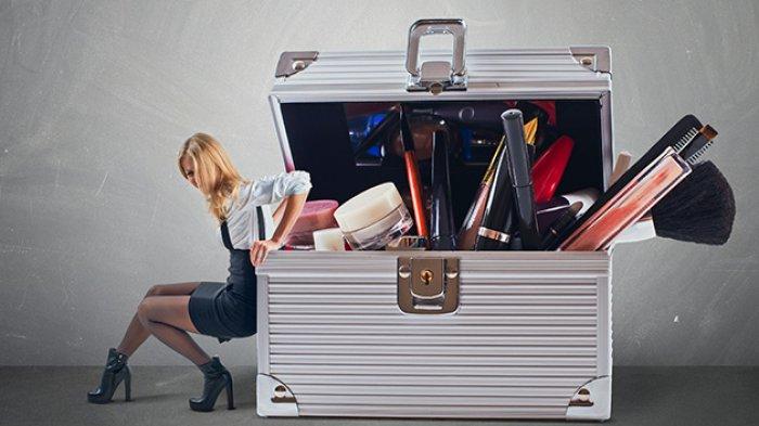 ilustrasi mengemas koper saat liburan agar terasa lebih ringan