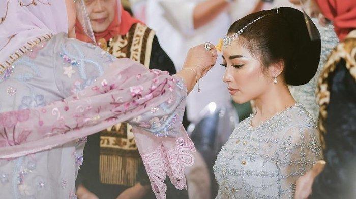 Sebelum Resmi Menikah Nikita Willy Jalani Tradisi Minangkabau Malam Bainai, Apa Artinya?