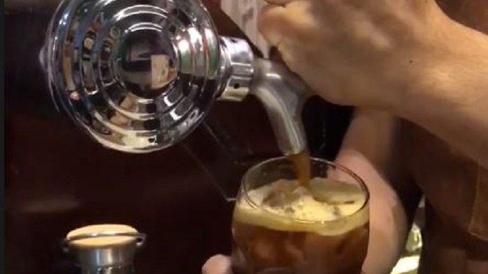 TRAVEL UPDATE: Uniknya Nitro Coffee di Manujaloka Coffee, Sajian Cold Brew yang Disuntik Nitrogen