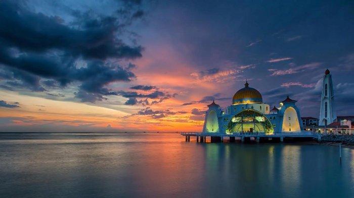 Masjid Selat Melaka - Berada di Selat Terpanjang di Dunia, Tempat Ibadah Ini Berdiri di Tepi Laut