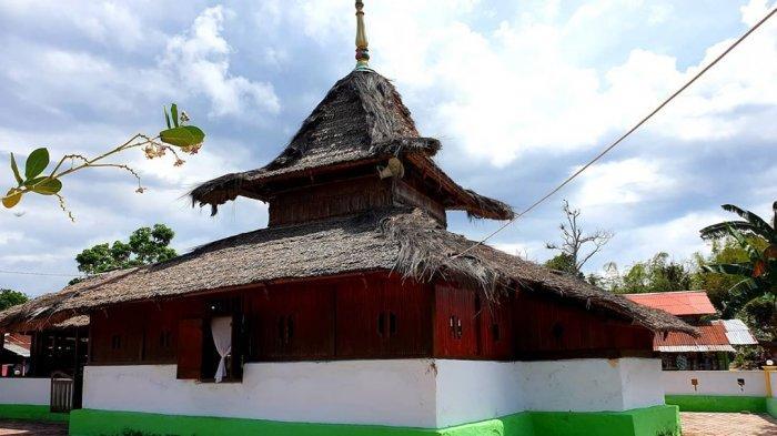 4 Masjid Tertua di Indonesia, dari Masjid Saka Tunggal di Banyumas hingga Masjid Wapauwe di Maluku