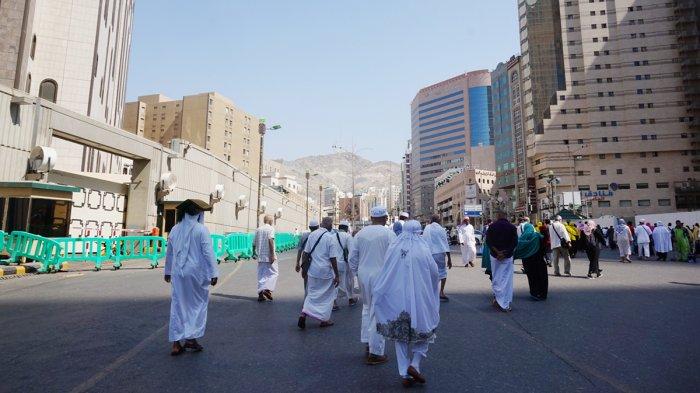 Jemaah meninggalkan Masjidil Haram di Mekah, Arab Saudi, usai melaksanakan ibadah salat dzuhur, Minggu (12/11/2017).