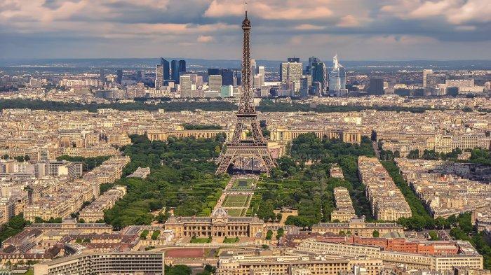 Menara Eiffel di Paris Prancis yang menjadi satu tempat wisata populer dunia