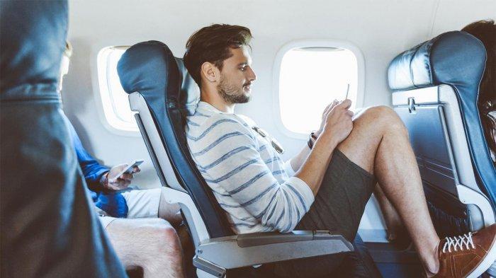 Ilustrasi penumpang yang merebahkan kursi pesawat