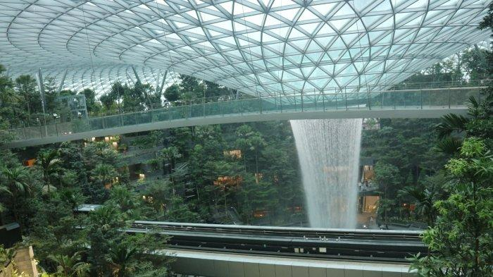 Menyaksikan Air terjun indoor di Jewel Changi Airport