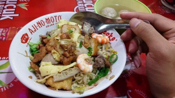 Bakso Sapi Bakmi Ayam 68, merupakan salah satu kuliner khas yang tersohor di Singkawang. Kedai kuliner tersebut kerap disesaki wisatawan saat akhir pekan, salah satunya juga karena merupakan bakmi halal pertama buatan orang Tionghoa di Singkawang.