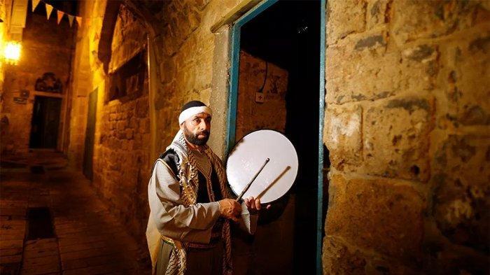 Selama 14 Tahun, Pria Nasrani di Israel Bangunkan Warga untuk Sahur saat Ramadan