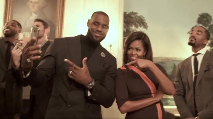 Michelle Obama saat melakukan Mannequin Challenge