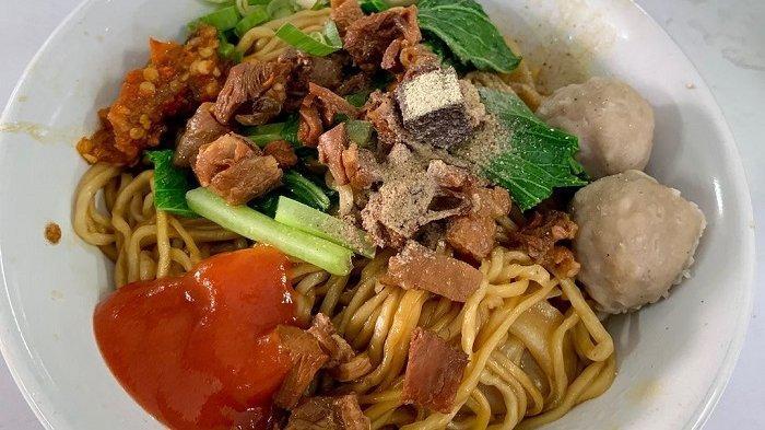 Mencicipi Nikmatnya Mie Ayam Pak Gepeng, Kuliner Langganan Para Konglomerat di Pondok Indah