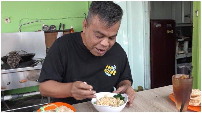 Abdel berkesempatan mencicipi Mie Ayam Papi Gendut