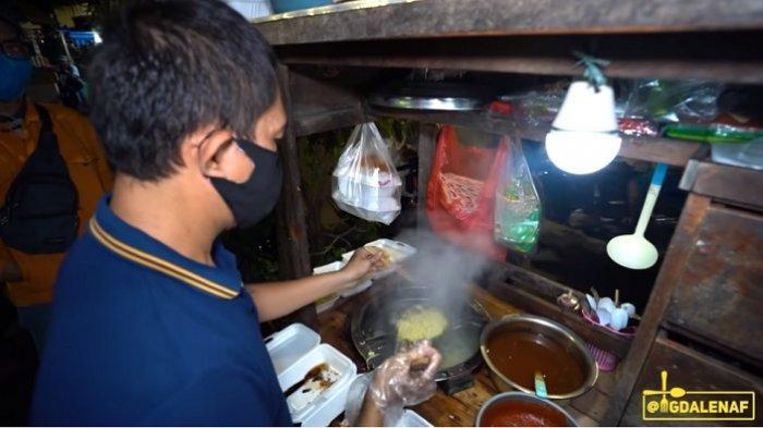 Mie Eman menjual mie setan hanya di pinggir jalan dengan menggunakan gerobak.