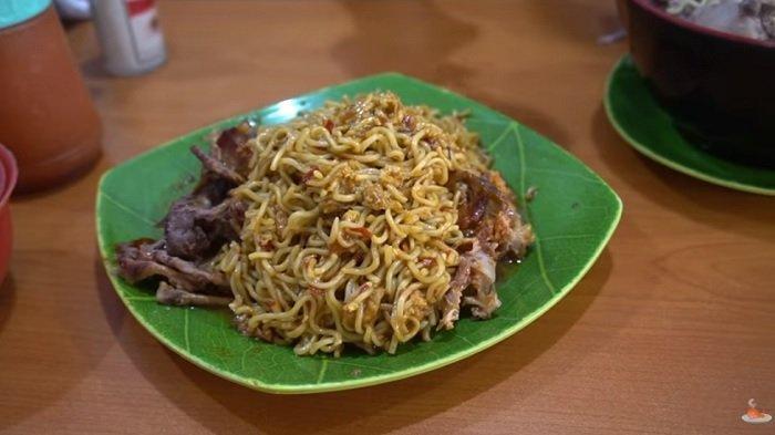 Bukan Daging, Warung di Bandung Jual Mi Instan Unik Pakai Topping Tulang Ayam