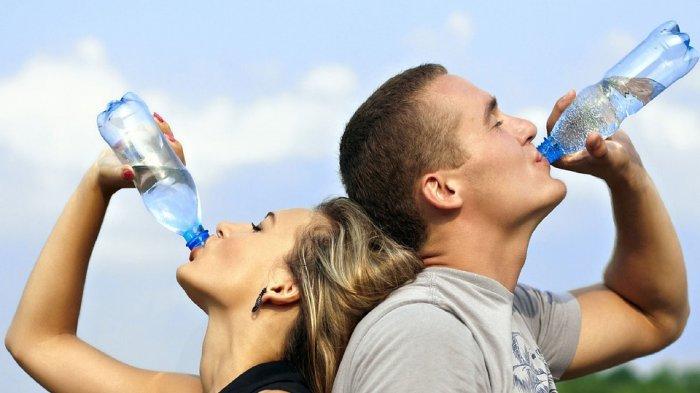 Waspada! 7 Efek Buruk Minum Sambil Berdiri, Bisa Berisiko Terkena Arthritis