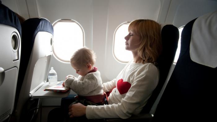 Aksi Heroik 3 Petugas Bea Cukai Selamatkan Bayi yang Berhenti Bernapas 7 Menit di Pesawat