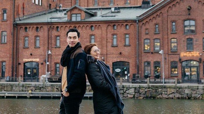 Potret Mesra Darius Sinathrya dan Donna Agnesia saat Traveling Bersama