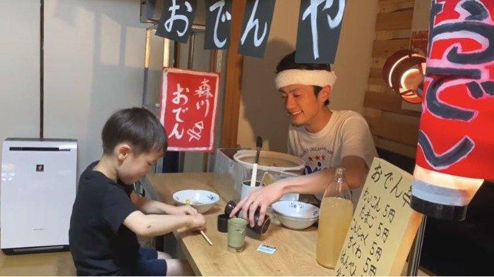 Pria di Jepang Ini Buka Mini Bar di Dalam Rumah untuk Hibur Anaknya Biar Tak Jenuh Selama Lockdown