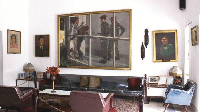 Lukisan Subuh yang Berdarah di ruang tamu. Dilukis oleh BP Omar tahun 1967 menggambarkan detik-detik saat Yani berkelahi dengan pasukan Tjakrabirawa.