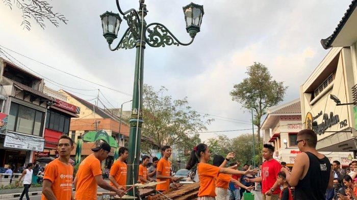 Ilustrasi musisi jalanan di kawasan Malioboro, Yogyakarta.