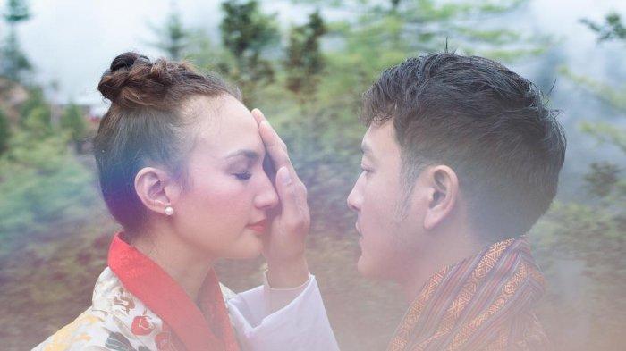 Liburan Artis - Pose Romantis Nadine Chandrawinata & Dimas Anggara di Jepang, Berlatar Sakura Mekar