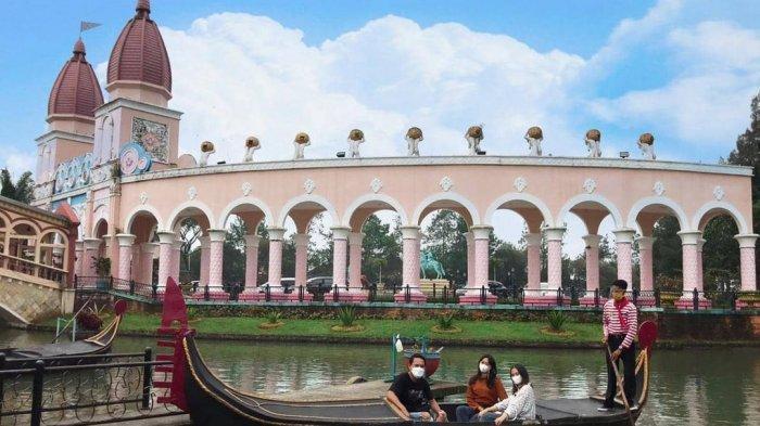 Naik gondola di Little Venice