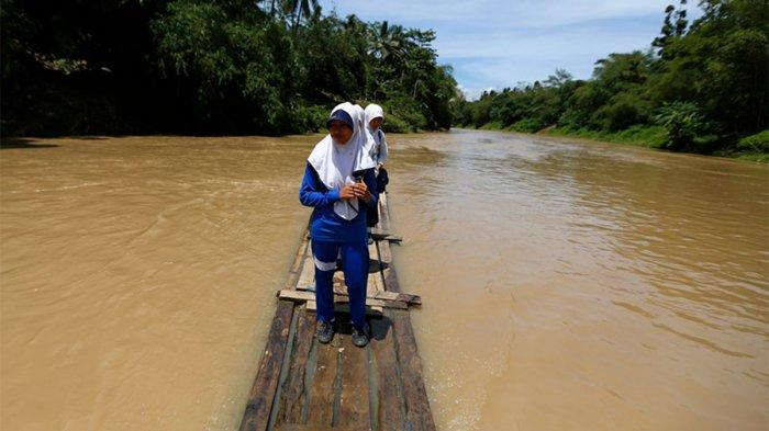 5 Potret Perjalanan ke Sekolah Paling Berbahaya di Indonesia, Ada yang Harus Naik Rakit Bambu